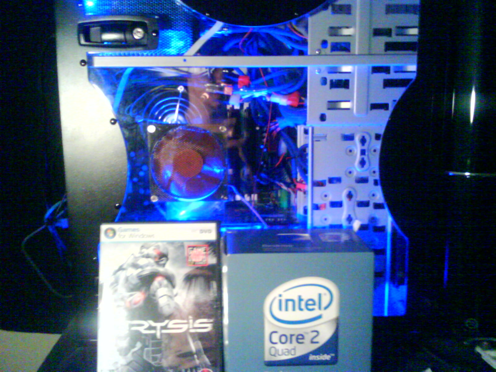 showing the Quad core and crysis.. an 8800 GTX is  behind the boxes :D